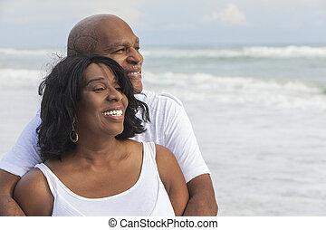 sandstrand, paar, glücklich, amerikanische , afrikanisch, älter