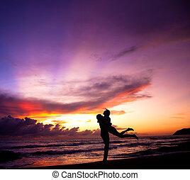 sandstrand, paar, glücklich, silhouette, umarmen