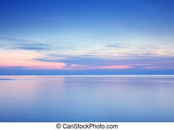 sandstrand, sonnenaufgang, mit, dramatischer himmel, meer, und, mond, hintergrund