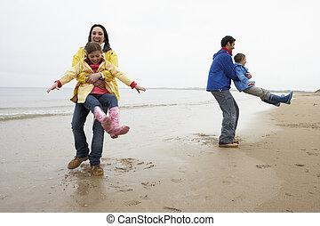 sandstrand, spielende , familie