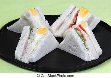 sandwich in the tray