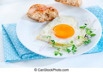 sano, breakfast., frito, corazón formó, huevo, primer plano