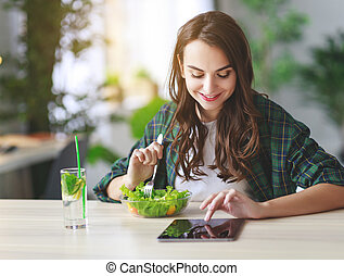 sano, eating., felice, giovane ragazza, mangiare, insalata, con, pc tavoletta, in, mattina, in, cucina
