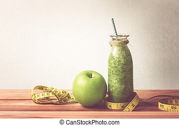 sano, fresco, verde, zalamero, jugo, en, el, botella de vidrio, en, tabla de madera, con, manzana verde, y, manzana verde, para, sano, detox, y, dieta, hábitos, concepto, retro, apariencia el sonido