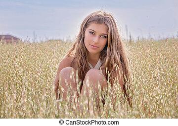 sano, mujer joven, en, verano, campo de trigo