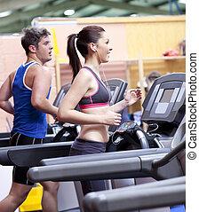sano, pareja, correr sobre una cinta rodante, en, un, deporte, centro