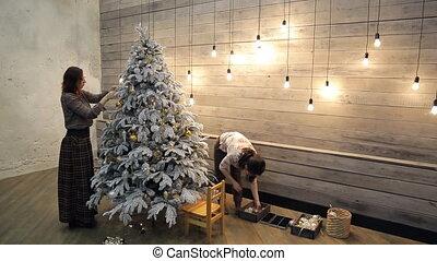 sapin, frost., arbre, deux, artificiel, décorer, couvert, femmes