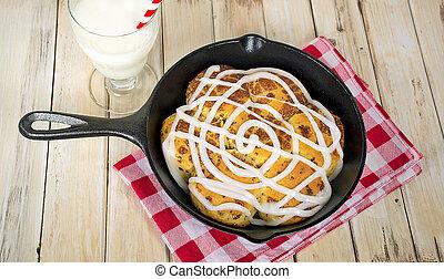 sartén, cocido al horno, rollos de canela