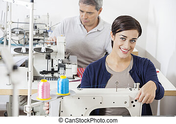 sastre, costura, fábrica, hembra, sonriente