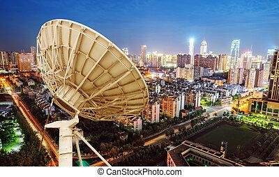 satélite, antena, y, paisaje urbano