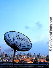 satellite, antenne, communication, sur, ciel, plat, noir, cityscape, coucher soleil