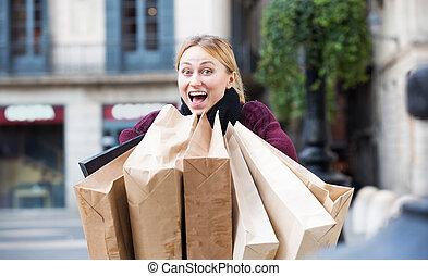 satisfait, achats, femme regarde, après