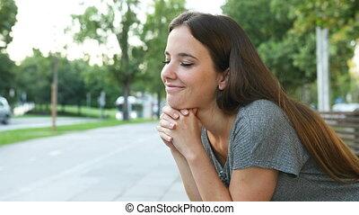 satisfait, rue, regarder, pensée, loin, femme
