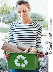 satisfeito, dona de casa, usando, reciclagem, ecossistema