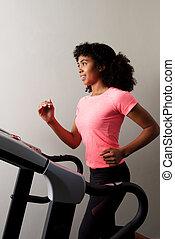saudável, africano, menina, executando, ligado, treadmill, em, ginásio