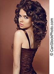 saudável, cacheados, hair., beleza, brunette., bonito, mulher jovem, com, longo, cacheados, penteado