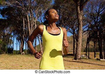 saudável, jovem, mulher americana africana, sacudindo