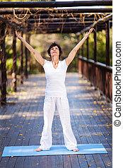 saudável, meio envelheceu, mulher, braços, alcance