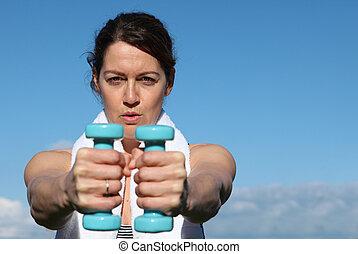 saudável, meio envelheceu, mulher, exercitar, com, pesos