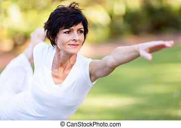 saudável, meio, mulher, envelhecido, esticar