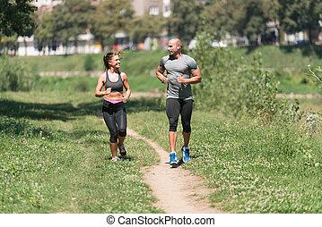 saudável, par, condicão física, sacudindo, ao ar livre