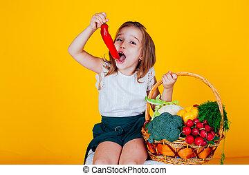 saudável, pequeno, sino, menina, legumes, segurando, pimenta, vermelho, alimento