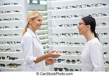 saudação, doutor, dela, novo, loja, óptico, olho, assistente