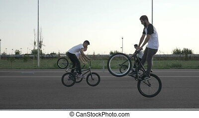saut, adolescent, lent, groupe, piste, ruses, exécuter, mouvement, motards, bicycles, vélo, houblon, utilisation, lapin