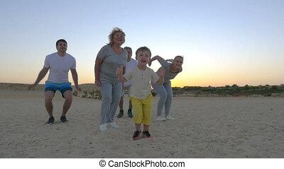 saut, grand, famille heureuse, enfant
