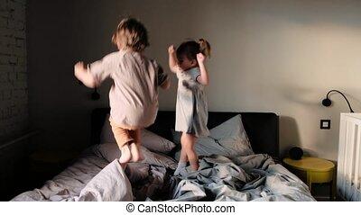 saut, peu, jouer, matin, garçon, enfantqui commence à marcher, lit, girl