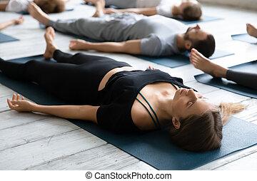 savasana, pratiquer, haut, yoga, beau, pose, femme méditer, ...
