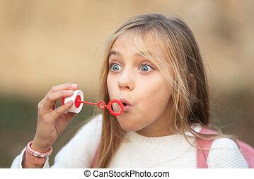 savon, girl, peu, souffler, bubbles.