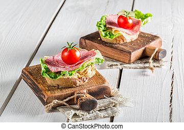 savoureux, salami, à, tomate, et, salade verte