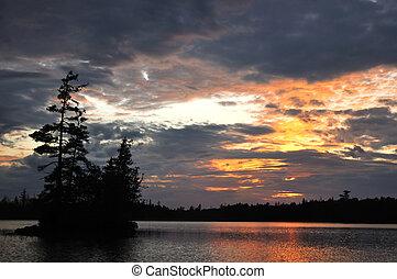 scénique, île, sur, a, éloigné, désert, lac, à, coucher soleil