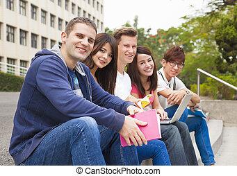 scala, seduta, gruppo, felice, giovane, studenti