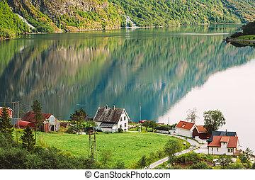 scandinave, maisons, sur, les, rivage, de, les, narrowest, fjord, dans, norvège