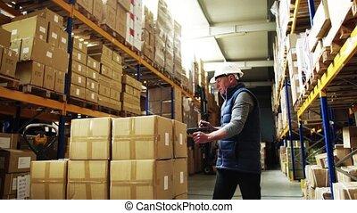 scanner., surveillant, barcode, ouvrier, portrait, entrepôt, utilisation, mâle aîné, ou