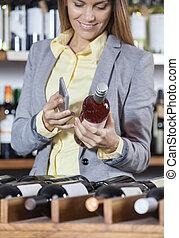 scansione, donna, sbarra, telefono mobile, codice, bottiglia, vino