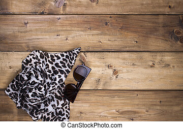 scarf, med, leopard tryck, och, solglasögon, på, a, trä, bakgrund., naturlig, färger, och, naturlig, prydnad, in, fashion., gratis, utrymme, för, text., topp, utsikt.