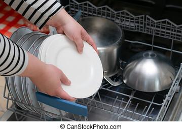 scarico, persona, mano, presa, mensola, su, dishwasher., apparecchi, rondella, piatto, pietanza, kitchen., pieno, chiudere