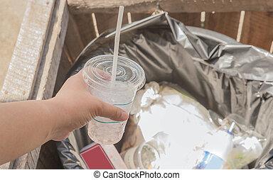 scarp, déchets ménagers, déchets, femme, lancement, tasse, tenue, boîte, main, casier, recyclage, morceau