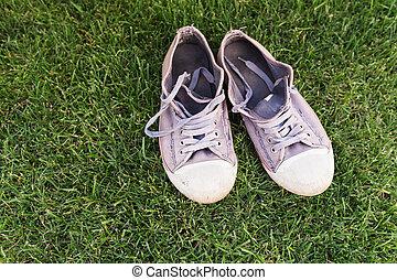scarpe tennis, erba, vecchio, verde, portato