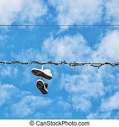 scarpe tennis, su, il, linea elettrica