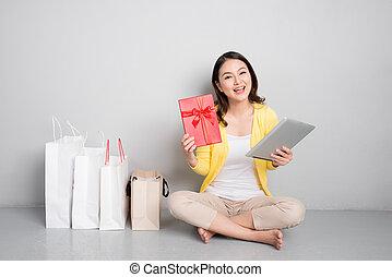 scatola, borse, shopping donna, besides, regalo, seduta, giovane, asiatico, presa a terra, rosso, fila