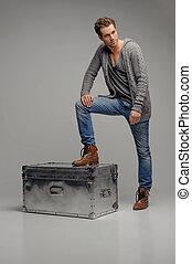 scatola, box., isolato, lontano, uomini, metallo, grigio, giovane guardare, mentre, avanzando, misterioso, bello