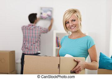 scatola, donna, spostamento, presa a terra, durante, casa, sorridente, cartone, biondo