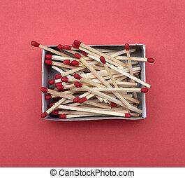 scatola, fiammiferi, sfondo rosso