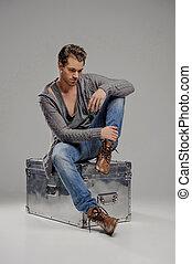 scatola, giù, pensieroso, box., seduta, grigio, uomini, metallo, isolato, giovane guardare, mentre, misterioso