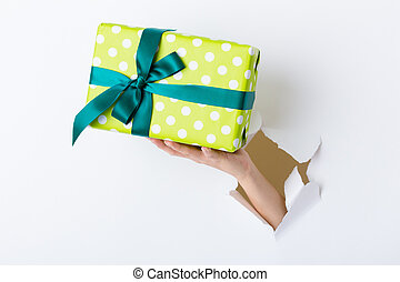 scatola, mano, carta, attraverso, buco, presente