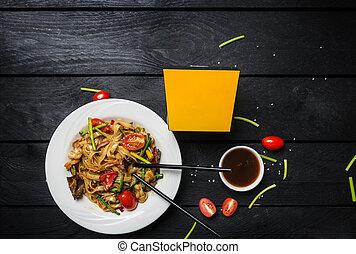 scatola, piastra, frutti mare, funghi, fondo., noodles., nero, udon, friggere, tagliatelle, mescolare, bianco, bastoncini